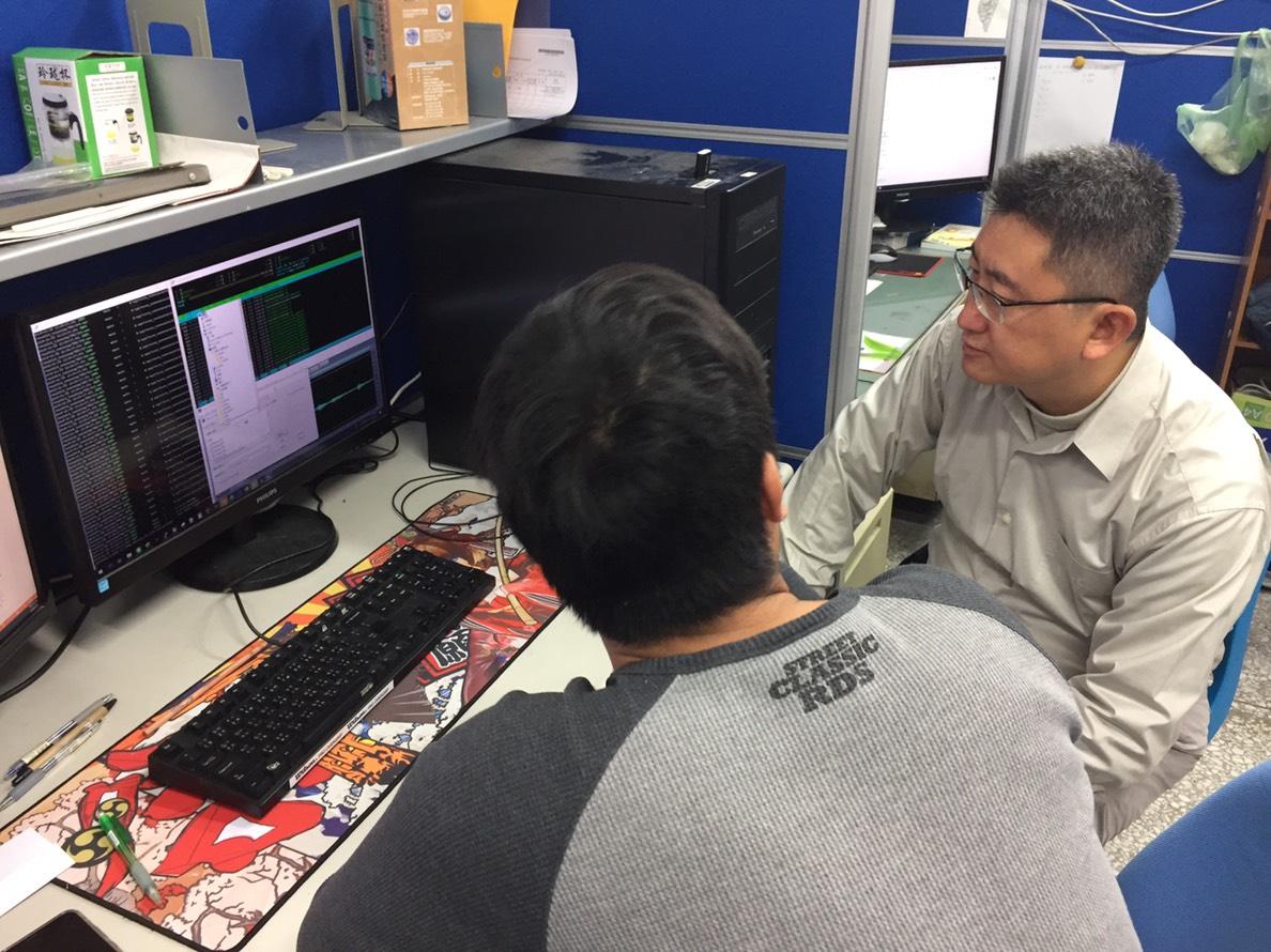 教授廖元甫時常與學生黃百弘討論克服語料辨識困難的問題