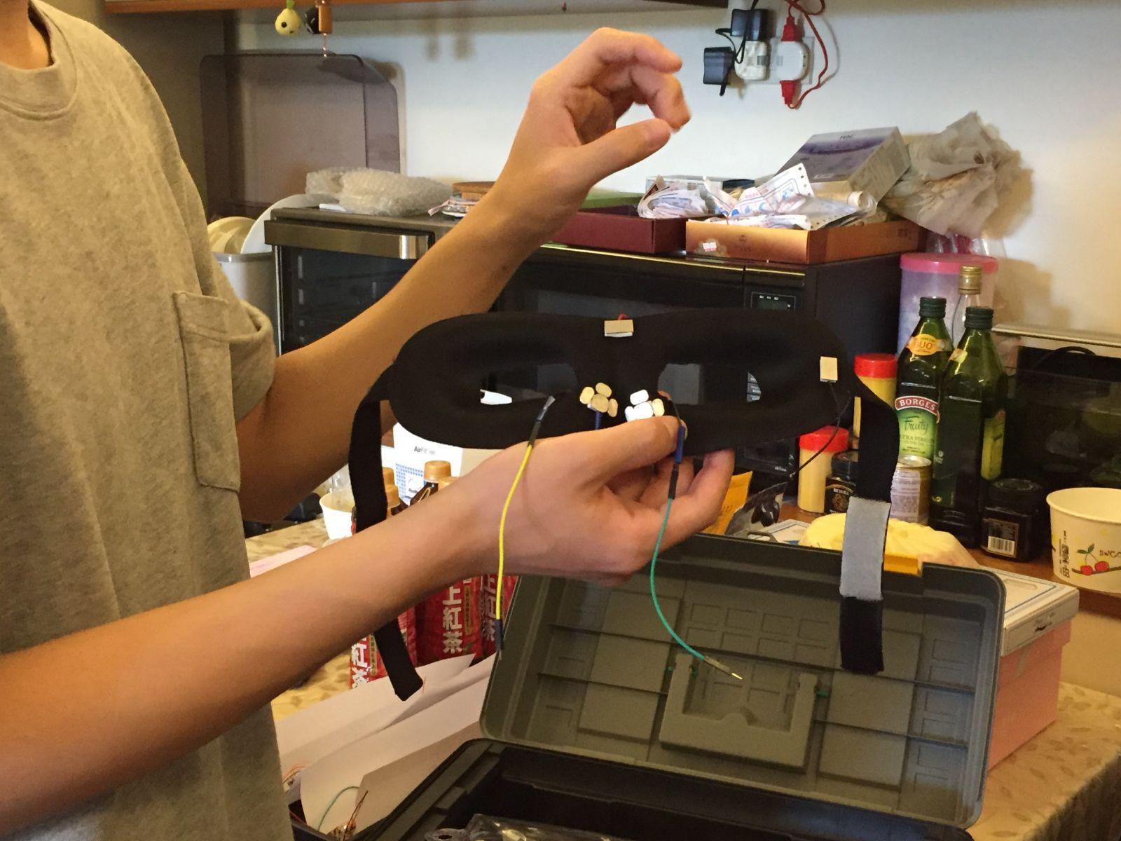 測試智慧眼鏡的感測晶片是否可運作,研發團隊先以眼罩的模式進行測試。
