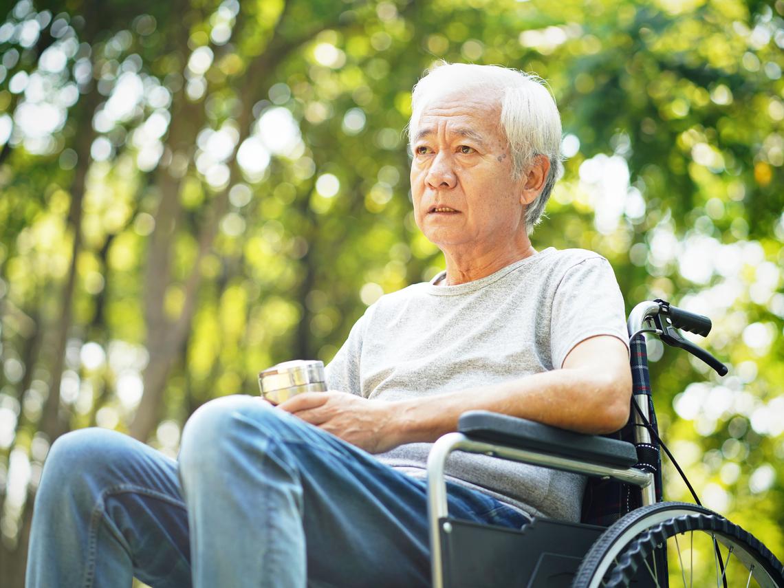 「帕金森氏症」和「阿茲海默症」有何不同?醫師:有這些症狀快到神經科就診