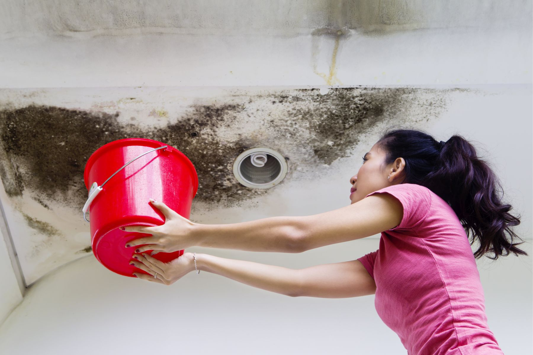 公寓大廈房屋漏水,樓上還樓下鄰居該修?這樣做得到精神撫慰金、財產損失