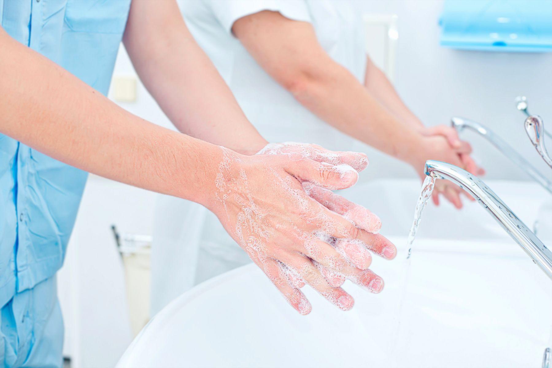 武漢肺炎》洗手完馬上噴75%酒精能徹底消毒?手脫皮、紅癢怎麼辦?醫師提醒3事項杜絕病毒、殺菌!