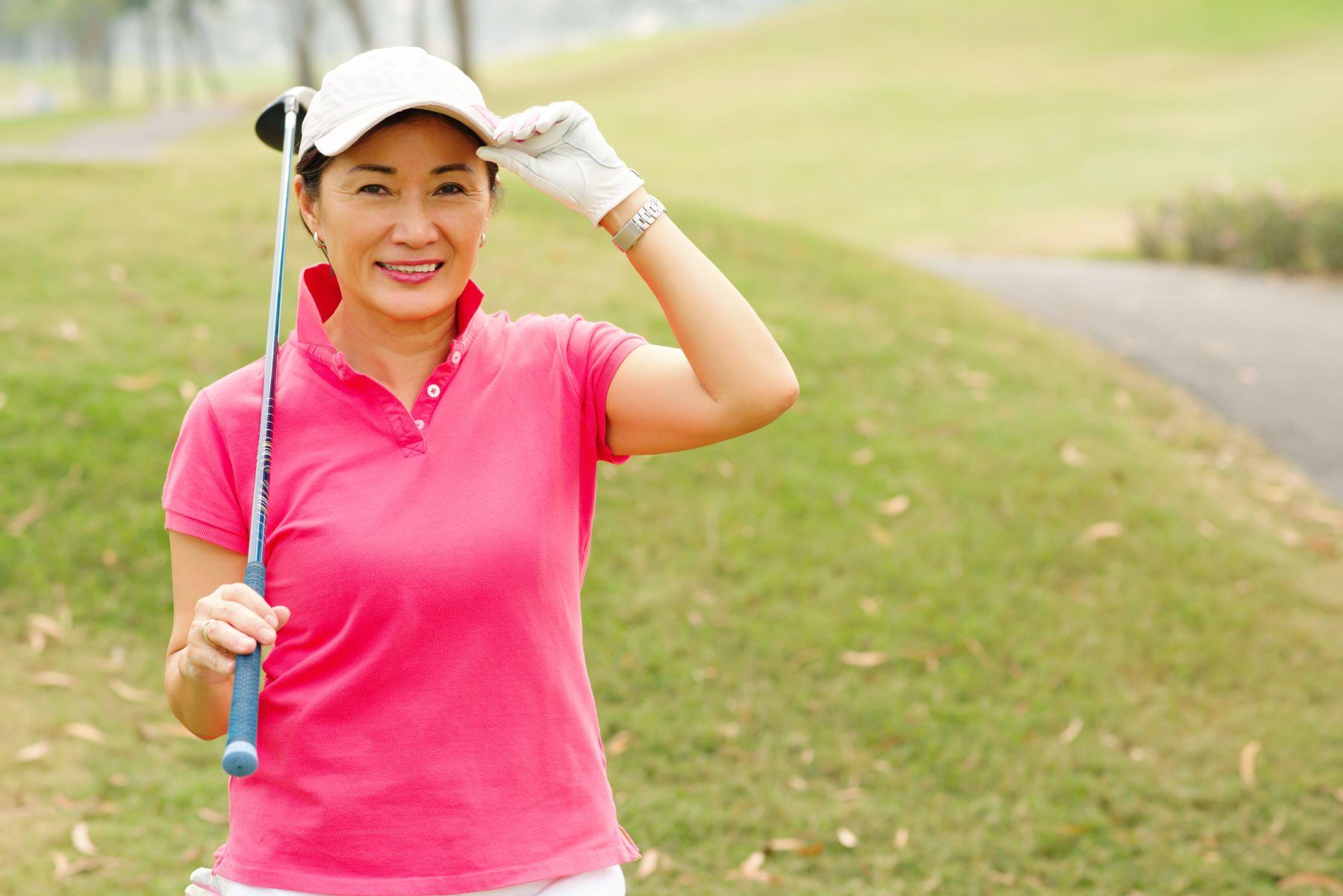 85歲不依賴子女,竟獨自生活、打高爾夫,帥哥超愛跟她約會!「人會衰弱,但快樂與優雅是自己的堅持」