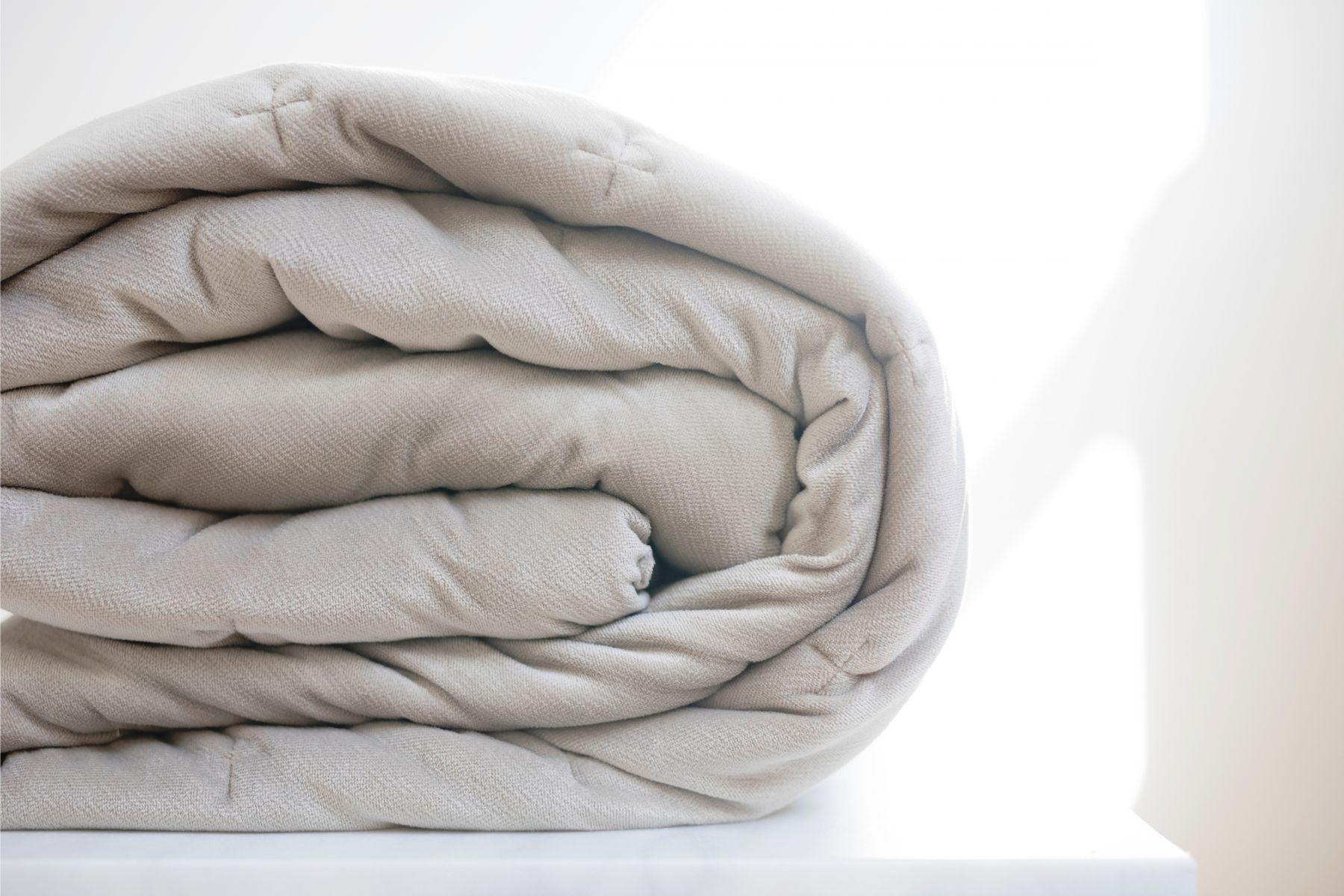 先蓋毛毯、還是蓋棉被?哪種材質最保暖?專家教你「三明治蓋被法」超溫暖