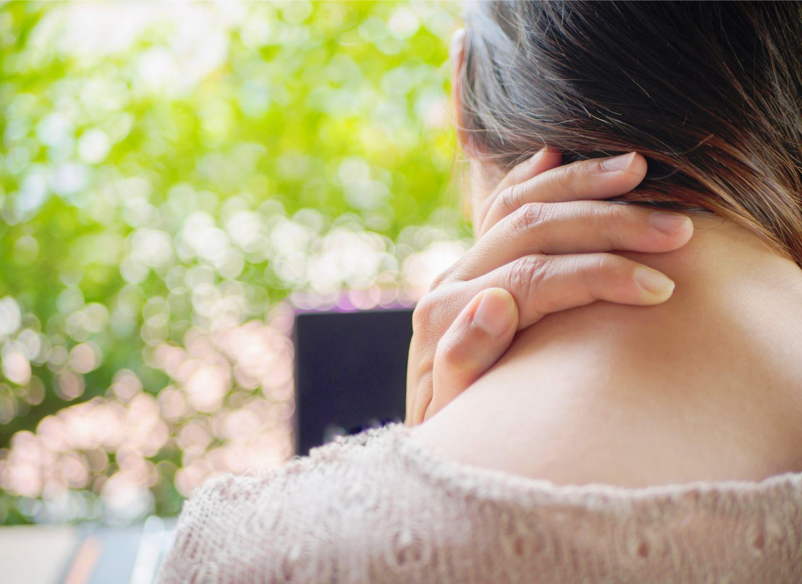 脖子痛是中風、腦膜炎前兆?醫師:若有發燒、無力、吃止痛藥無效...6種狀況,最好就早點檢查