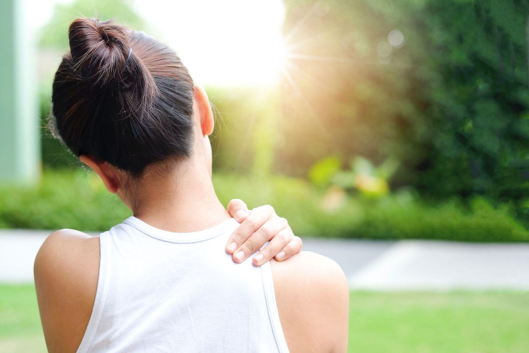 50多歲女性肩膀痛並非五十肩,而是帶狀皰疹?醫師:出現2症狀千萬要立即就醫