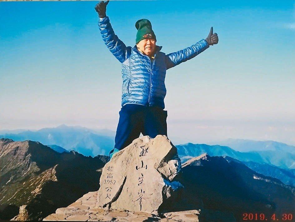 他88歲勇敢抗癌末!第14次攻頂玉山,榮獲最高齡紀錄者