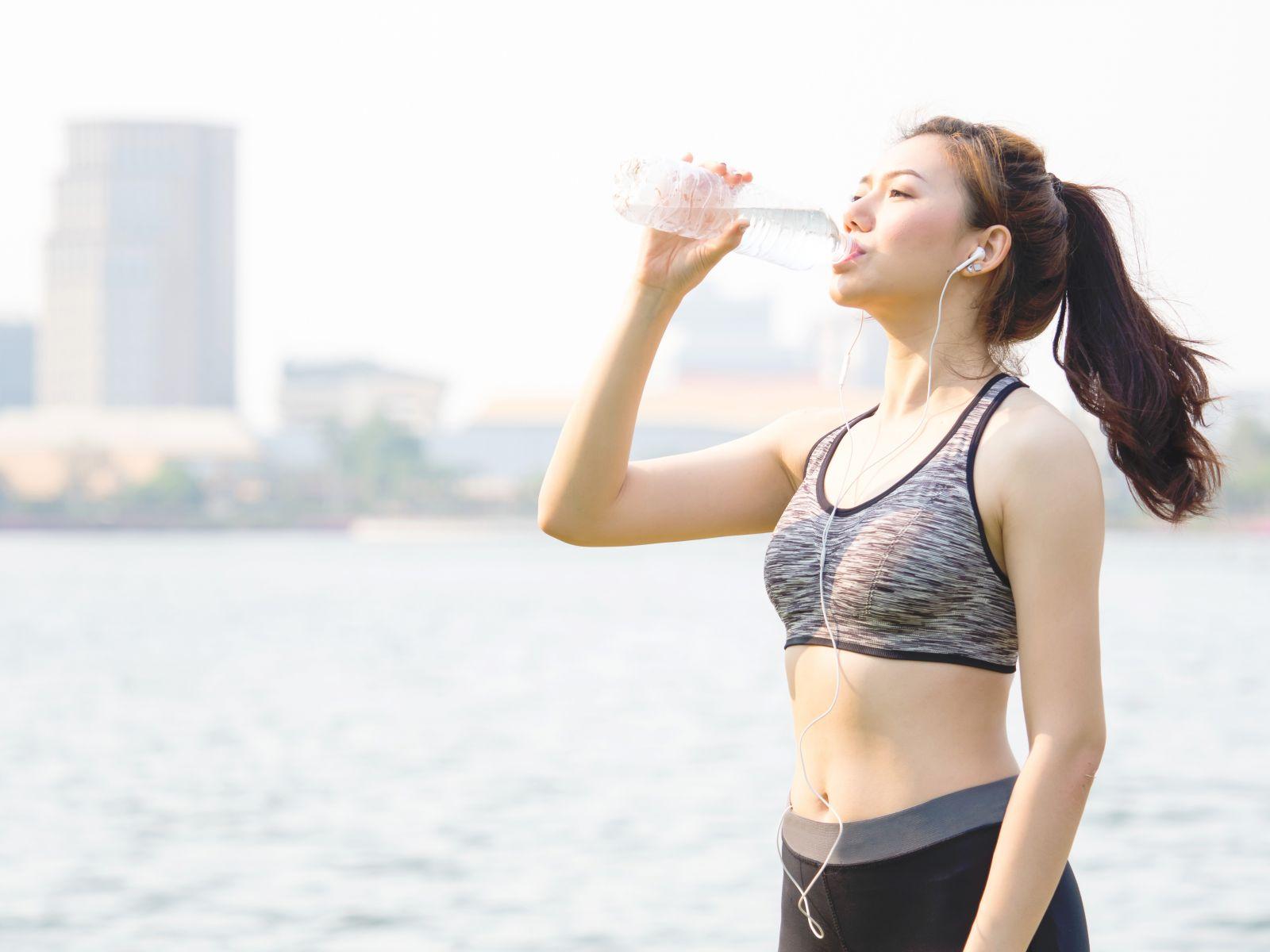 不運動,喝水也能瘦!運動營養師教你促進代謝、減肥喝水公式