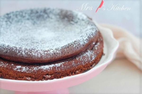 不用泡打粉和麵粉!香濃巧克力蛋糕這樣做,濕潤鬆軟超美味~