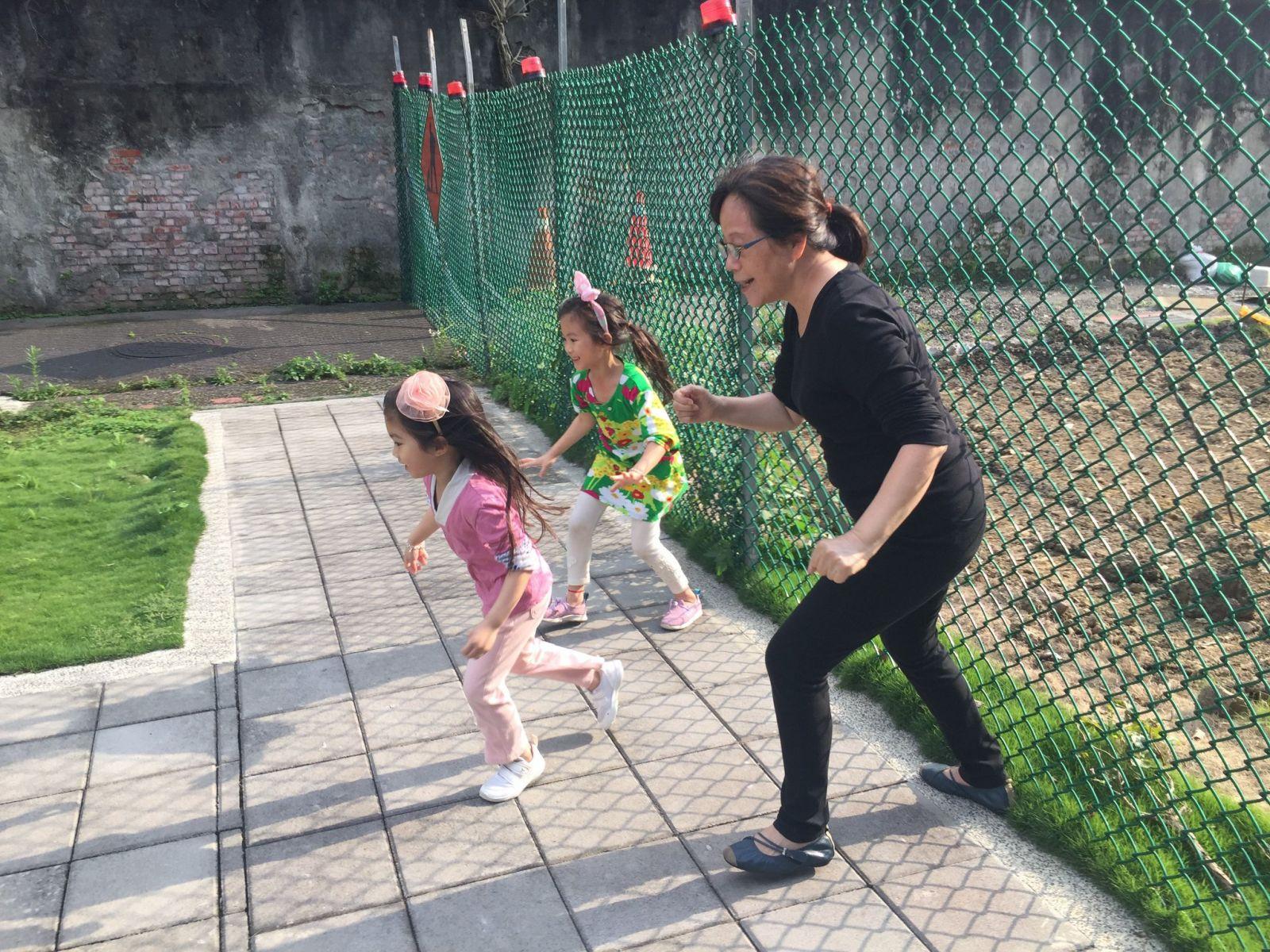 廖玉蕙/孫女教我的事:50歲後,學會蹲下身子,站成跟孩子一樣的高度,才能深刻感受生命的奧義
