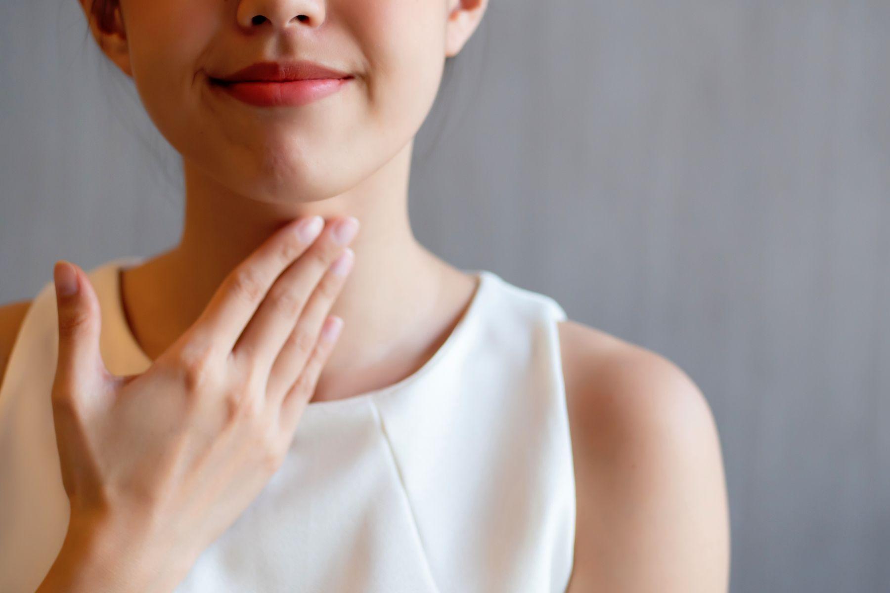 喉嚨卡卡是癌症腫瘤、胃食道逆流、喉部囊腫?出現3大警訊,當心已食道癌晚期