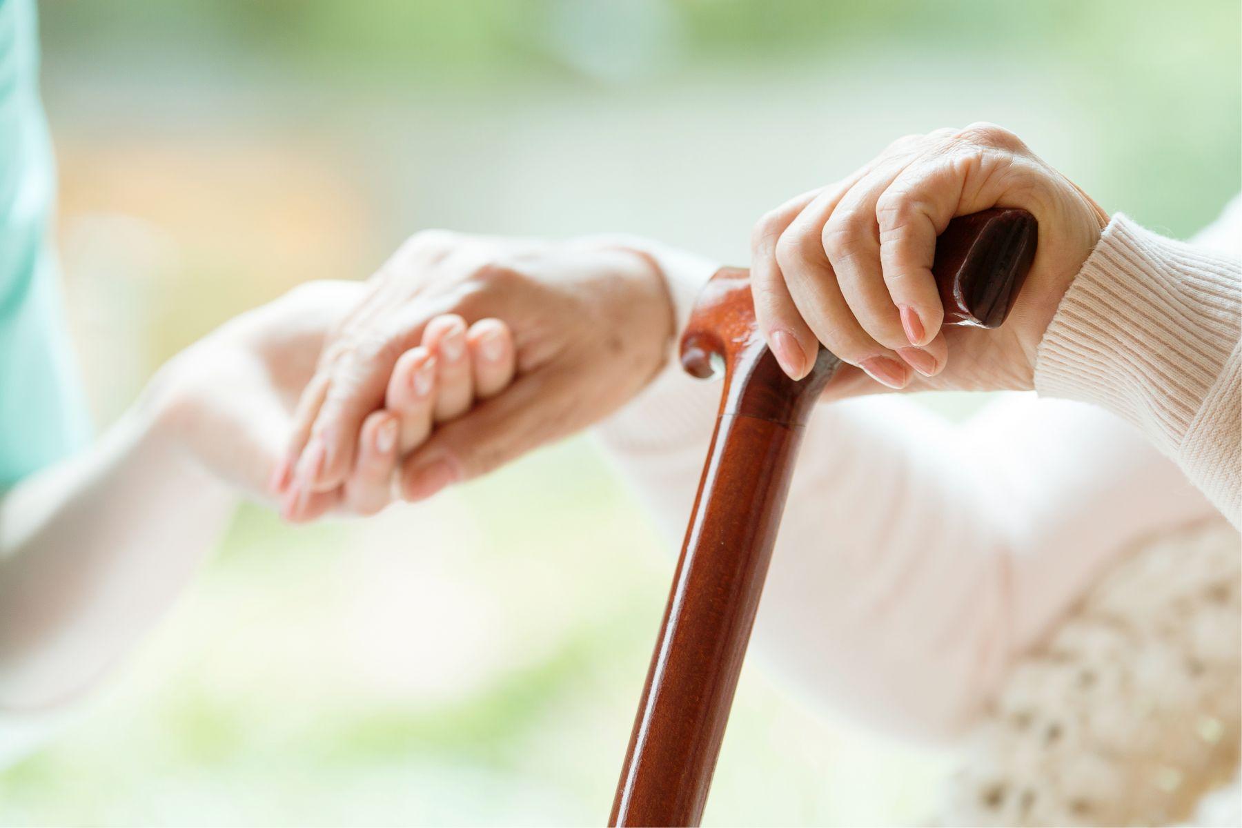 老老相顧悲歌! 照顧者嘆:相較年邁失能老母,我更擔心自己的老年與未來…