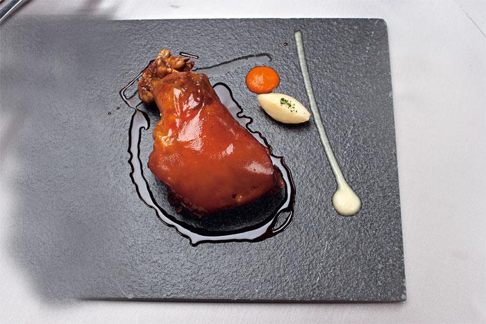 油香肉香豐富的伊比利乳豬,經過一天以上低溫爐烤,鎖住鮮美和鮮嫩,是西班牙經典美食。(圖為兩人份)