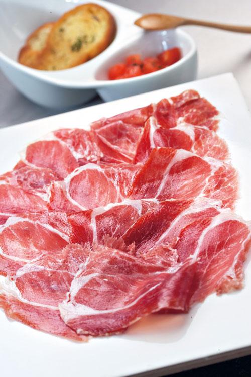 有「火腿勞斯萊斯」之稱的伊比利火腿,肉中具有獨特的橡木果香。