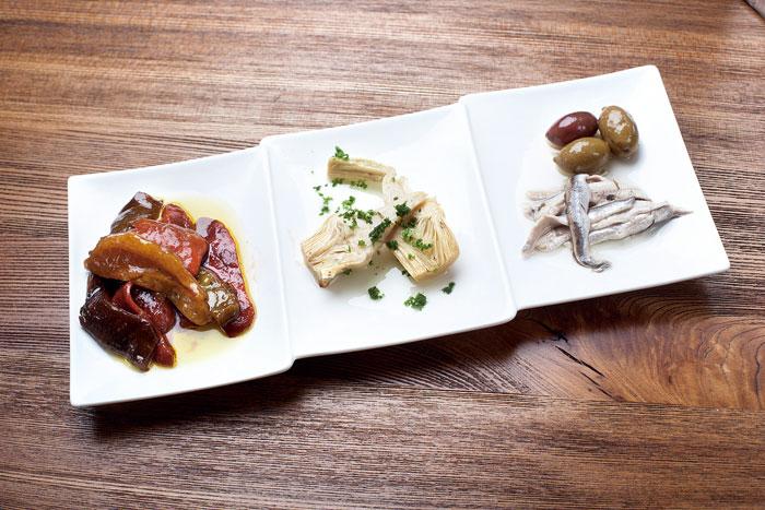 要試Tapas冷盤可從綜合開胃菜開始,有油漬火烤甜椒、朝鮮薊、白鯷魚等。