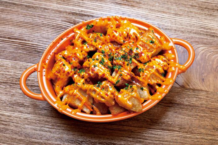 Tapas熱食「酥炸馬鈴薯」,佐上略帶辣味的醬料,令馬鈴薯更鬆軟美味。