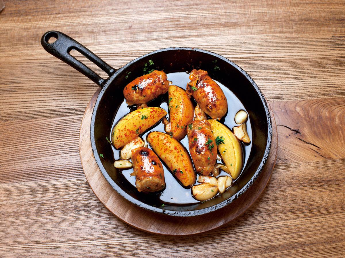 以自製香腸做的Tapas熱食「西班牙火腿香腸蘋果」,口感微辣,佐蘋果酒,非常開胃香口。