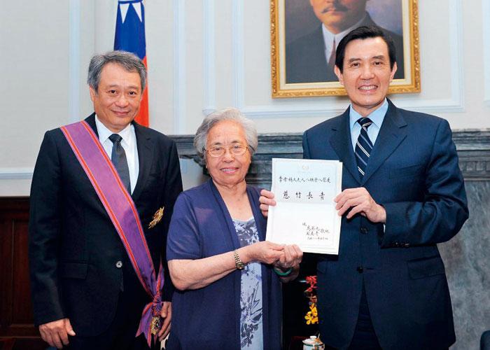 李安(左)與母親五月十日獲總統馬英九接見,成為藝文界獲 頒一等勳章的第一人,他直說:「是為大家得的。」(總統府提供)