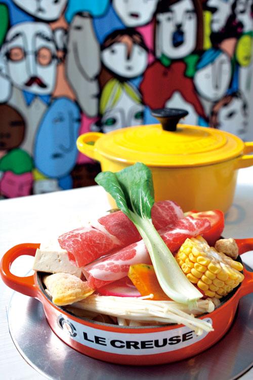 本著想推廣台灣餐飲的初衷,周鼎軒以精 緻小火鍋店重新出發。