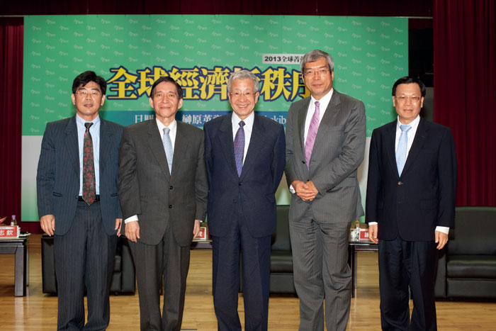 「2013亞洲經濟高峰 論壇」在台北場(左) 及台中場(上),日圓 議題都是與會人士的注目焦點。(攝影.林煒凱)