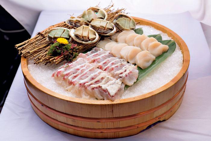 大干貝、龍膽石斑和鮑魚海鮮盤。