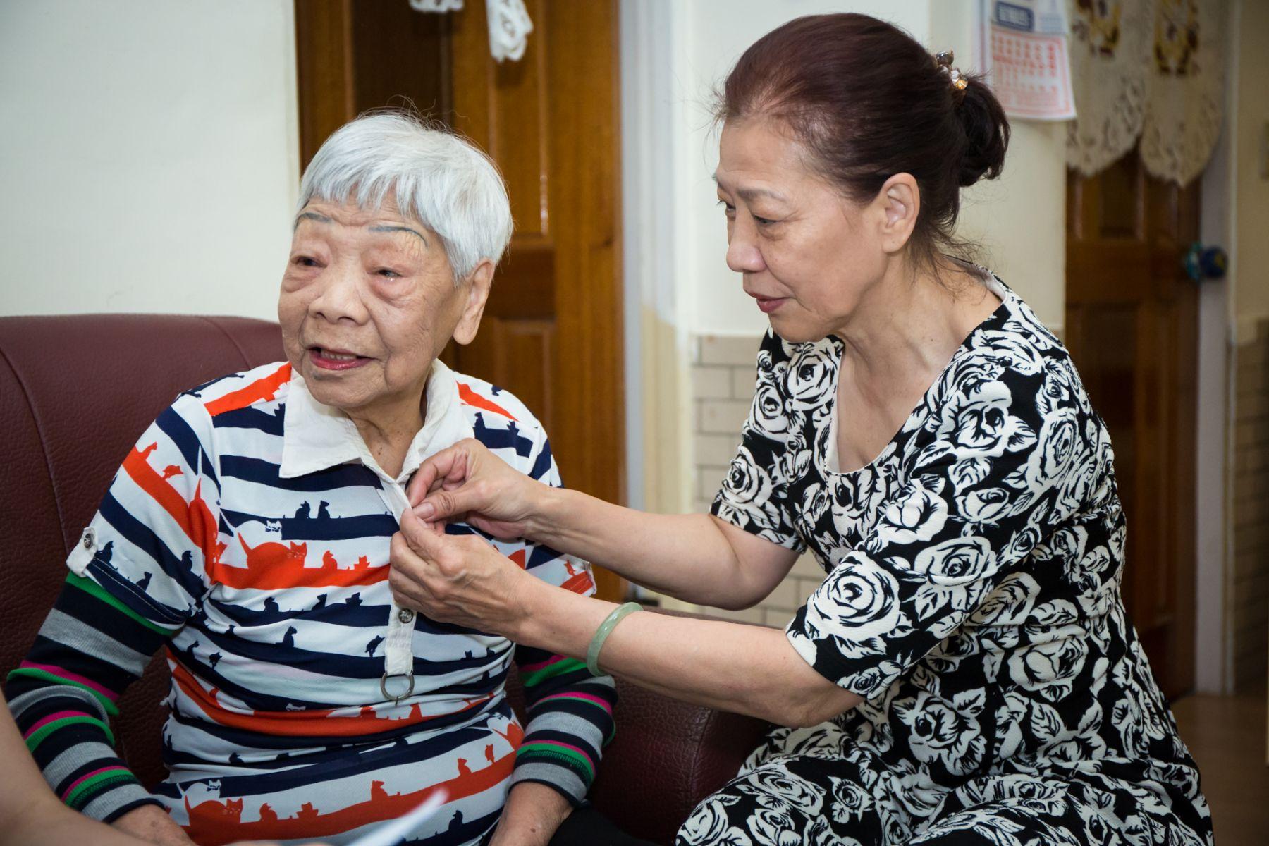 70歲失智照顧90歲失智母!她堅持四動作延緩退化,為了自己更為母親