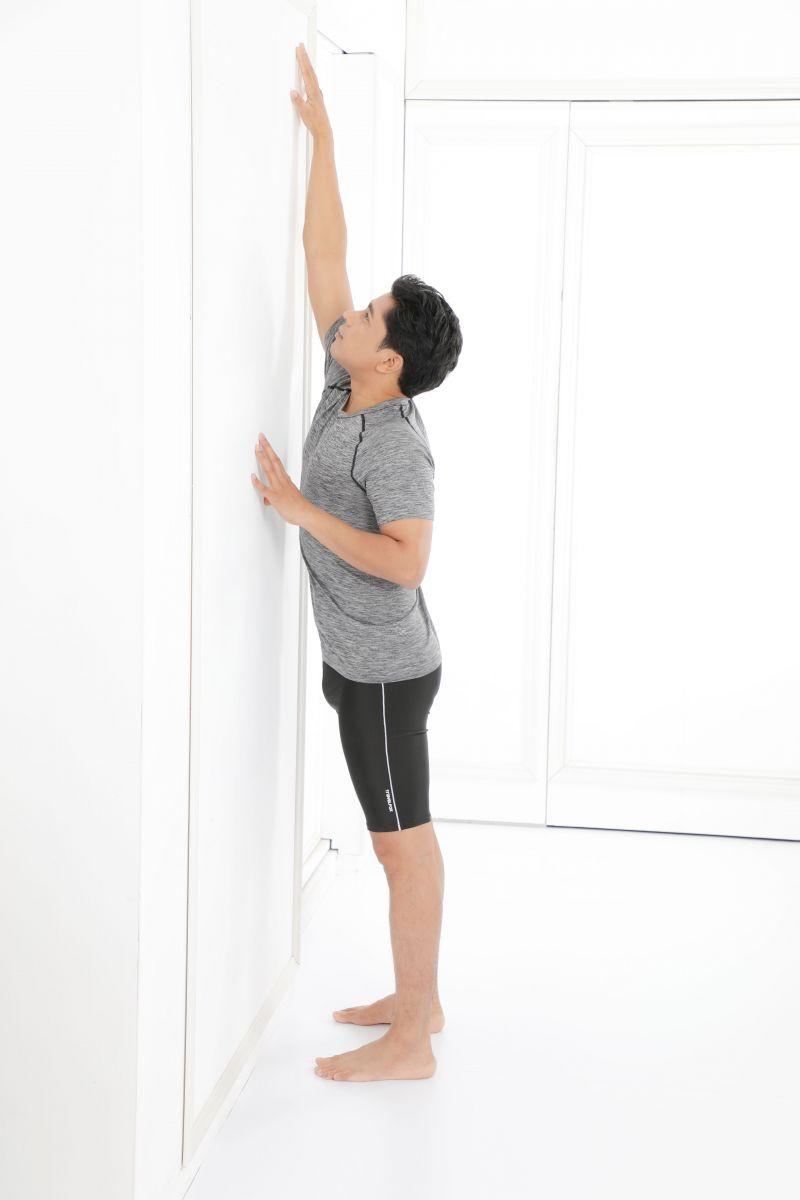 在你感覺舒服,沒有不適的前提下,將右手儘可能抬到最高。