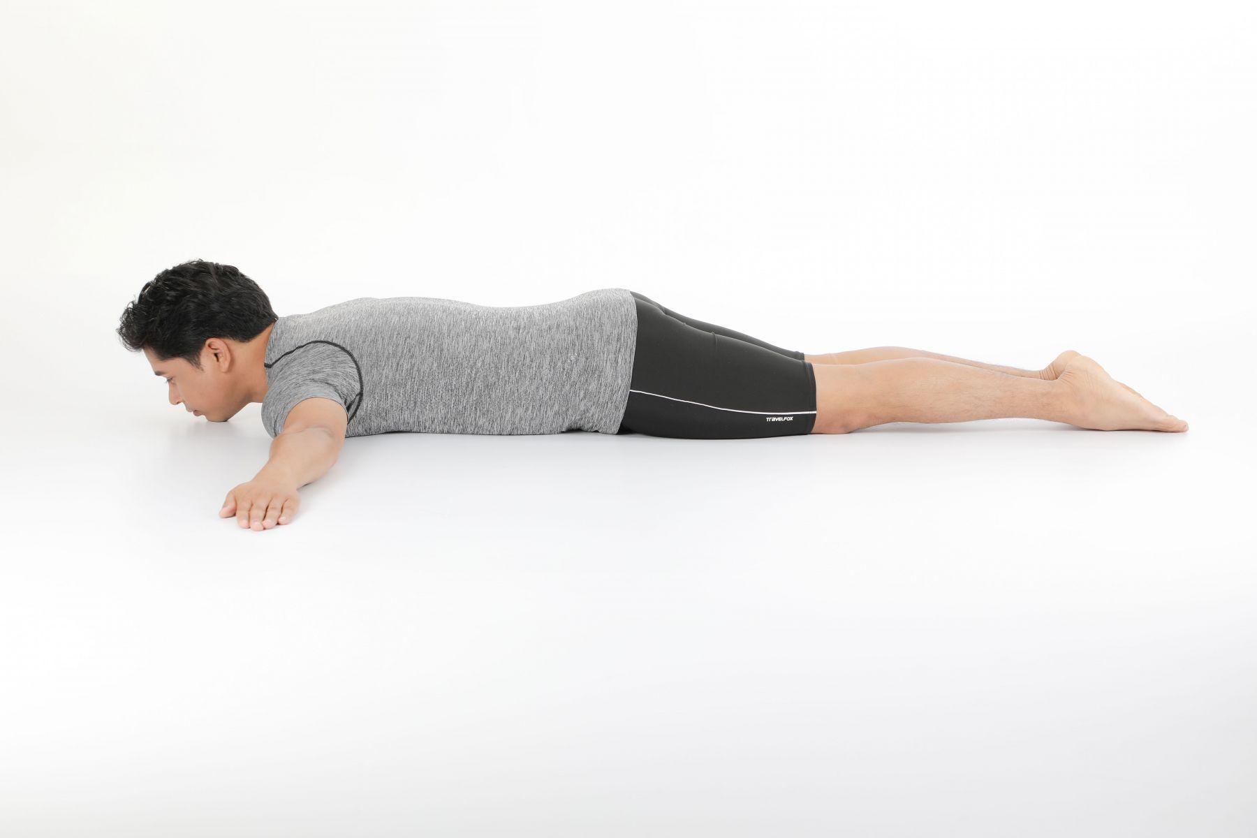 俯臥姿。左手臂保持在肩膀高度往外延伸,掌心朝下。