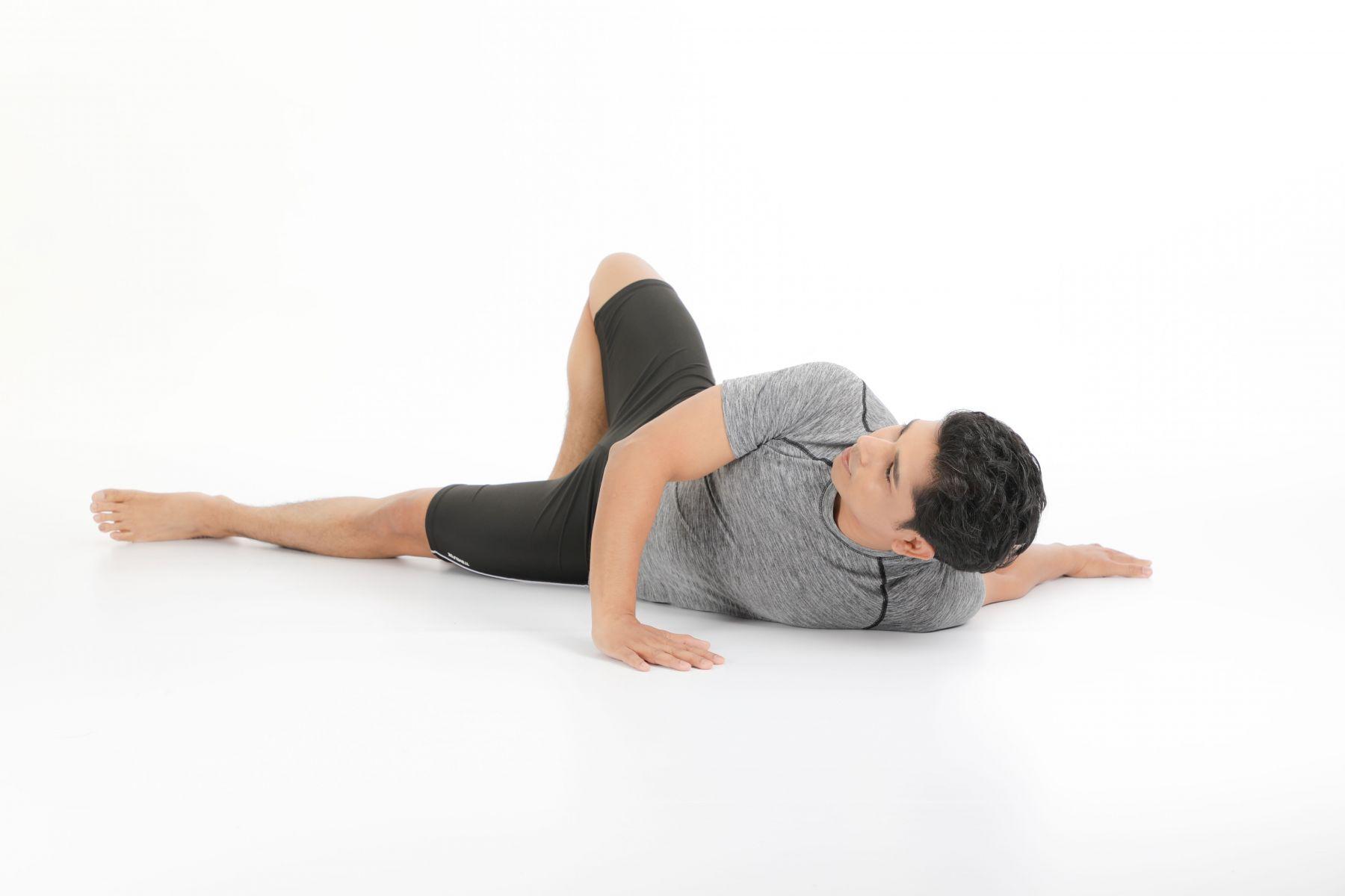 將右手掌放在右肩下,以右手支撐將右邊身體往左邊翻轉,保持左臂延展伸長。