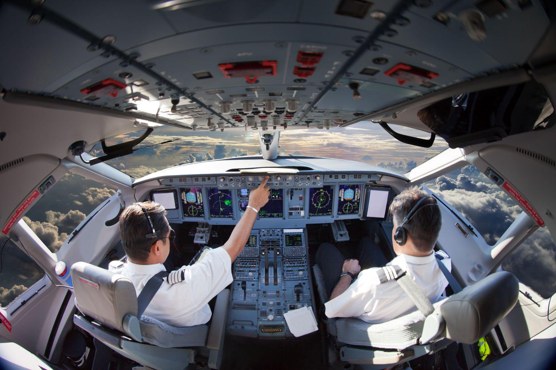 機師待遇大揭密 國內兩大航最高年薪700萬