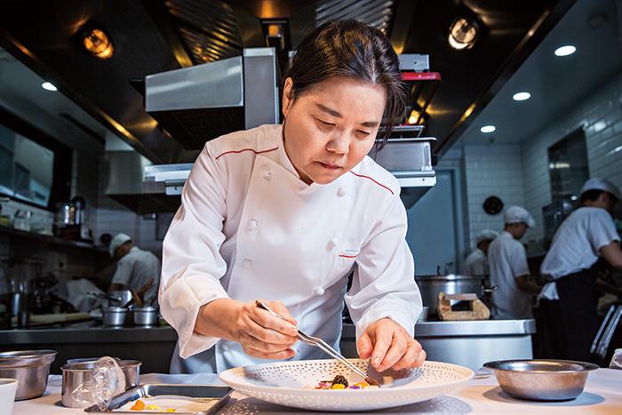 台中法式餐廳「鹽之華」勇奪米其林一星 主廚黎俞君成台灣首位摘星女主廚