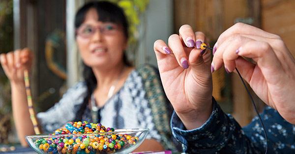 在那瑪夏鎮上的築夢工作室內,可使用與布農族 生活息息相關的箭竹,發揮創意製作DIY串珠。