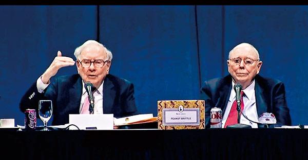 高齡86歲的巴菲特(左)與93歲的蒙格(右), 全程參與長達5小時的波克夏股東提問。