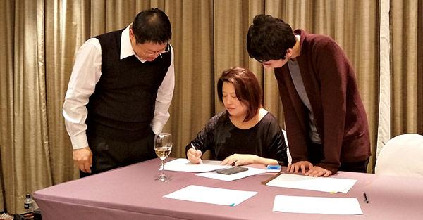 副主審林孝恂(中)與計分員,負責 每一個考題的現場編號與比對確認。