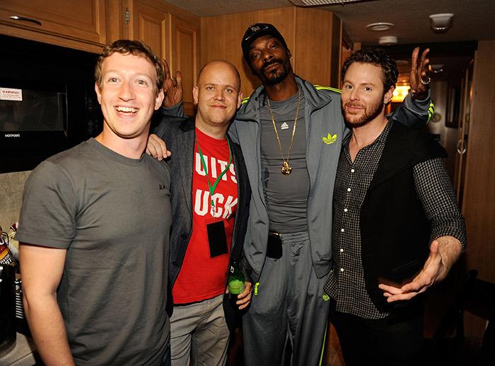 丹尼爾(左二)能進軍美國,臉書佐克伯(左一)及西恩.帕克 (右一)等網路先鋒的大力投資及引薦是關鍵因素之一。