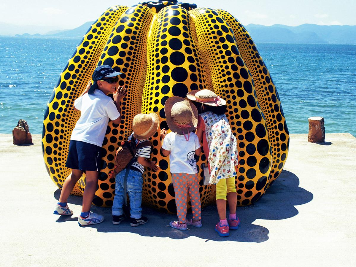 藝術家草間彌生黃色南瓜的魔力,吸引 大人小孩緊緊靠近不放