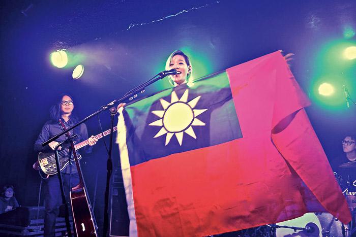 張懸(右)在舞台上舉起青天白日滿地紅國旗,向觀眾介紹故鄉台灣,意外 引起中國網友反彈,年底的北京演唱會也可能因此取消。