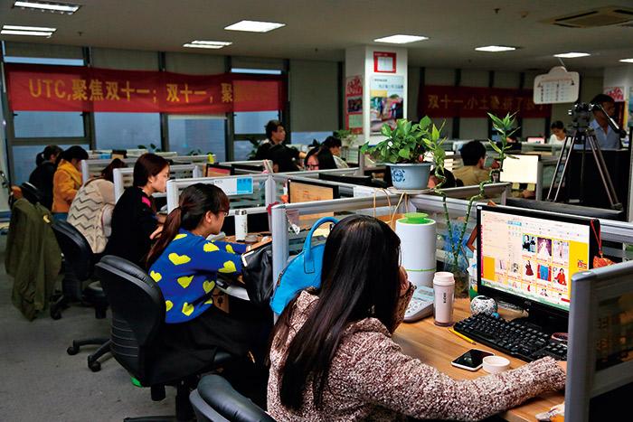 在光棍節前一天,UTC行家辦公室裡頭80多名員工個個呈現備戰狀態。