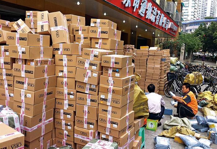 雙十一過後,是快遞業者一年中最忙碌的時候,順豐物流中心倉庫裡頭大批貨物沿著輸送帶 依序送往不同角落,一天至少要處理20萬件的包裹量。