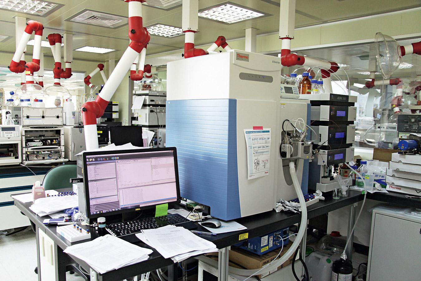 食藥署僅有一台液相層析高解析度串聯質譜儀,在24小時日夜不停地運作下,一度「操到掛」。
