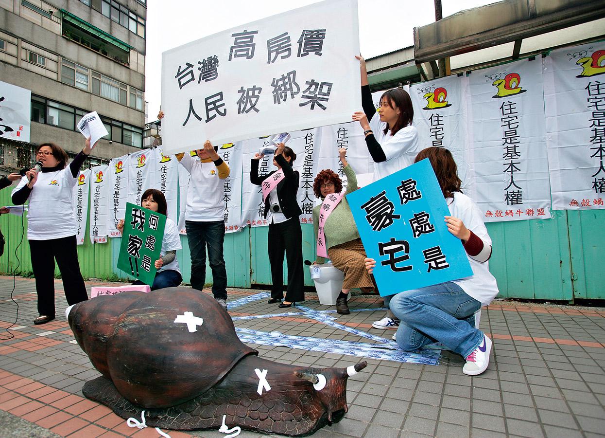現在台灣的年輕人至少要不吃不喝12年才買得起房子,主政者應痛下決心推動改革,不要讓高房價的 社會問題,變成少子化的國家問題。