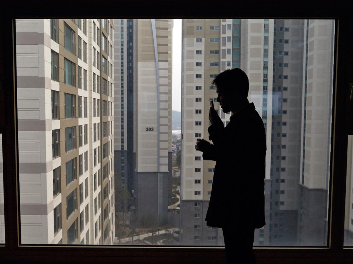 在韓國,租屋房客要提出高額押金,當房東負擔不重,於是人民還是想要擁有自己的房子及投資置產。