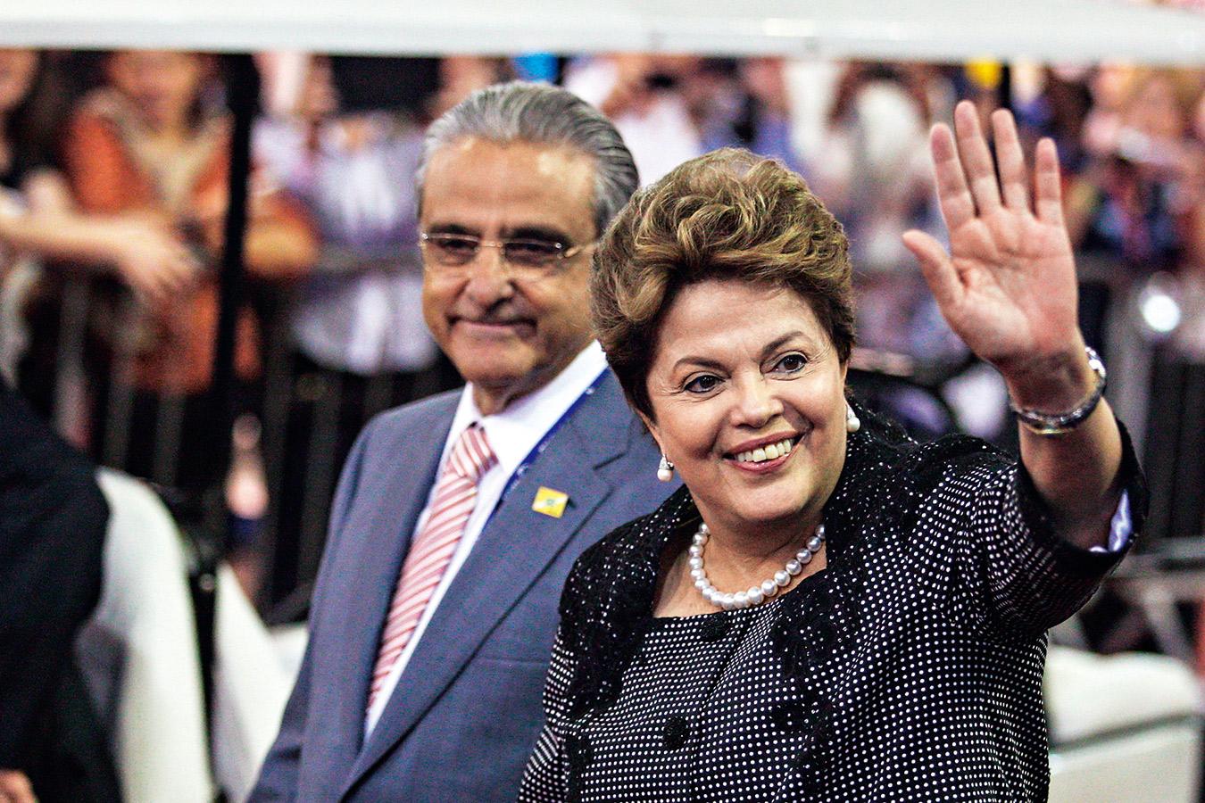 巴西總統羅賽芙(右)以售出國際機場經營權搶救經濟,雖然有效 換得資金,但也有些令人鼻酸。