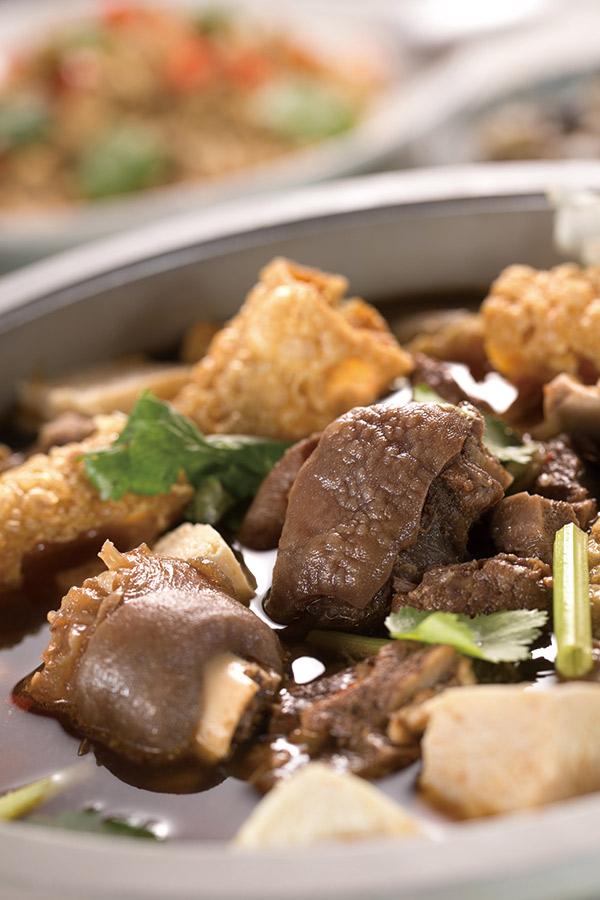 阿薩姆的羊肉爐,以新鮮台灣羊肉烹煮,帶皮的羊肉充滿香 味,整鍋沒有濃厚中藥味,湯頭清甜、羊肉鮮嫩。