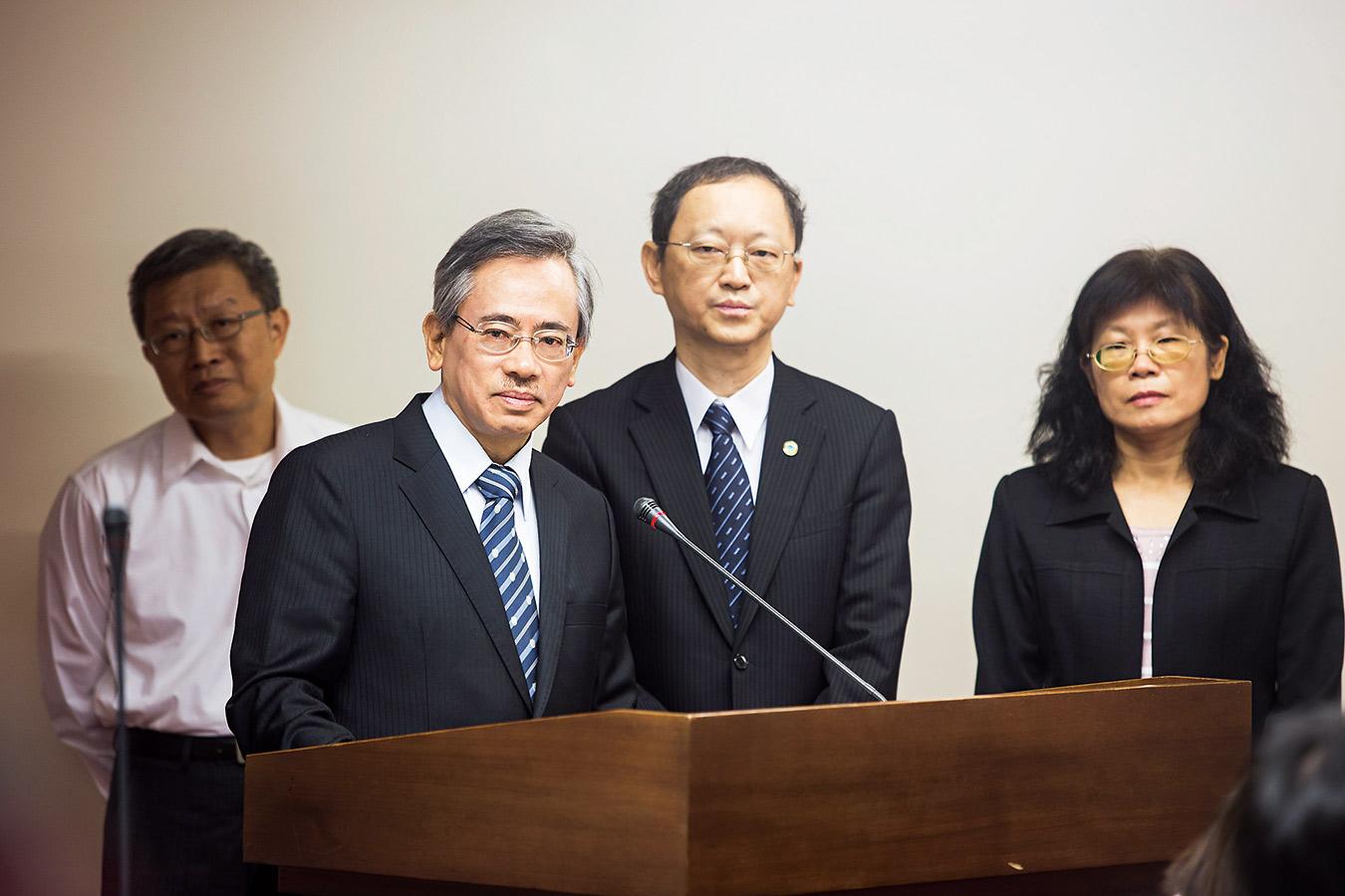 食安問題連環爆,邱文達(前排左一)被立委釘得滿頭包,還被要求下台負責。