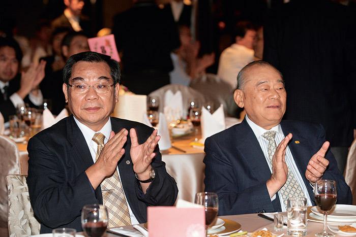 吳寶田(左)每年推案量逾300億元,與三重幫宏泰建設董事長林堉璘(右)平起平坐。