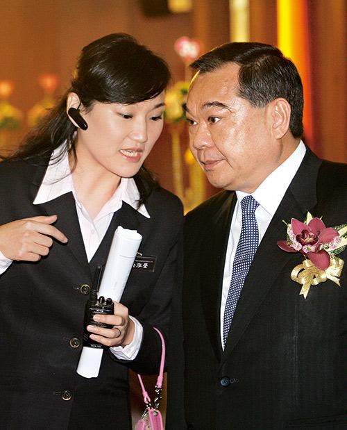 吳寶田(右)相當倚重長女吳泓瑩(左),讓她擔任名軒開發董事長。 攝影·陳俊銘