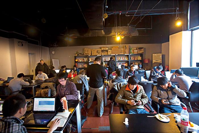 車庫咖啡  聚集著網路創業的年輕人。