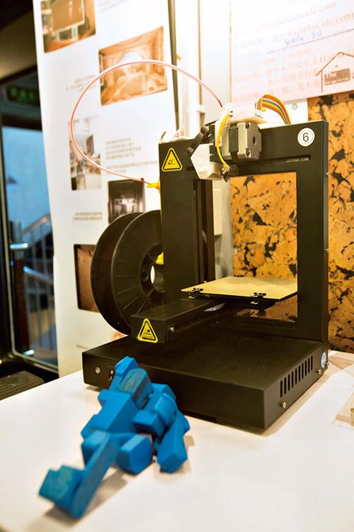 3D列印機及各式玩意,                     免費讓人把玩,激出新創意。