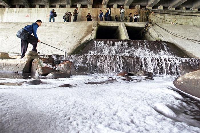 台灣政府對高汙染業者過度「體貼」,超標汙染事件一爆再爆。圖為後勁溪汙水排放口。