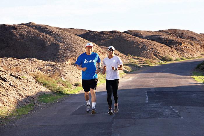 台達電贊助林義傑(右圖右一)橫 越大戈壁紀錄片,海英俊在此行最 後衝刺階段親赴嘉峪關陪跑。